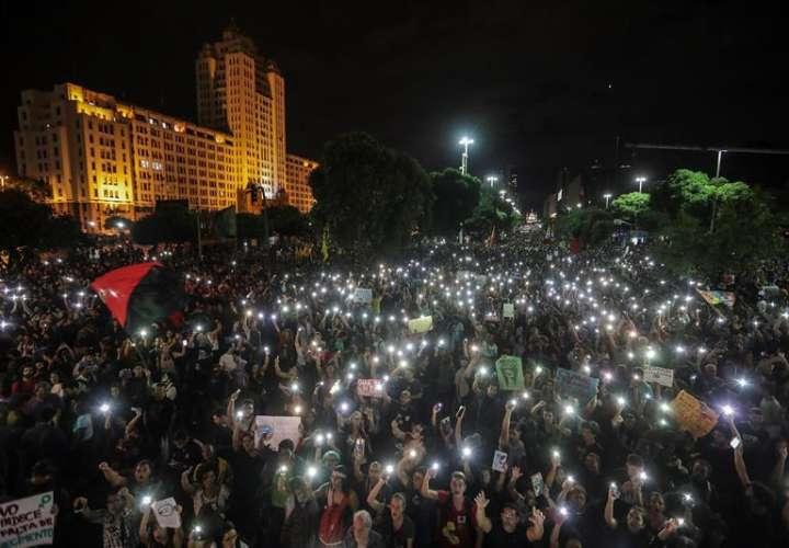 Estudiantes y profesores, con apoyo de diversos sindicatos, participan en una manifestación en la ciudad de Río de Janeiro (Brasil), contra la decisión del Gobierno de Jair Bolsonaro que congeló el 30 % del gasto en las universidades. EFE