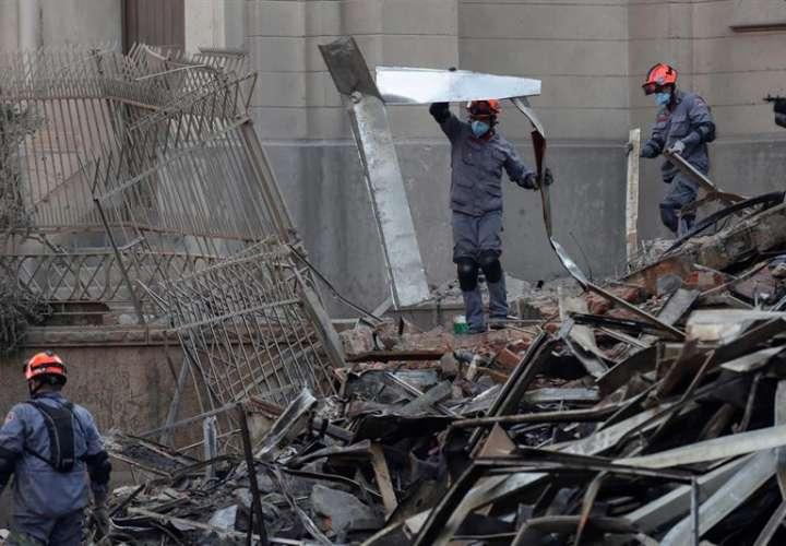 Bomberos trabajan el 2 de mayo de 2018, en el edificio de 24 plantas que se derrumbó durante un incendio de grandes proporcionesen el centro de Sao Paulo (Brasil). EFE