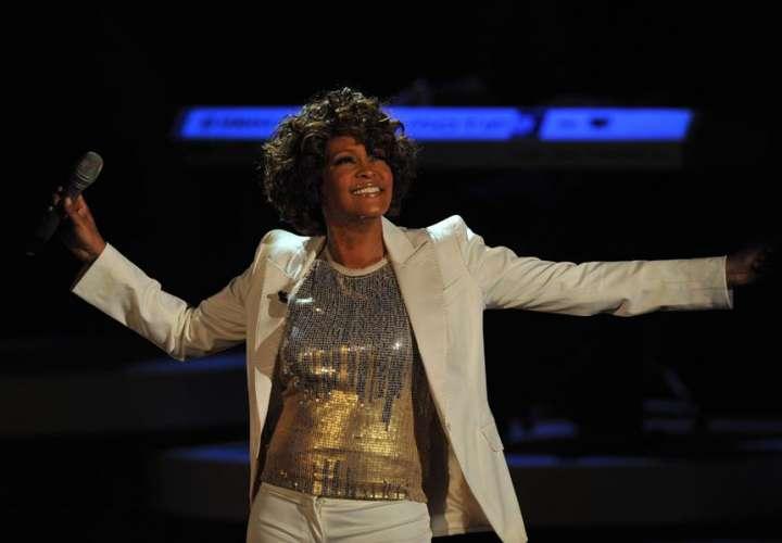 Whitney Houston se alza como la primera artista negra con 3 discos de diamante