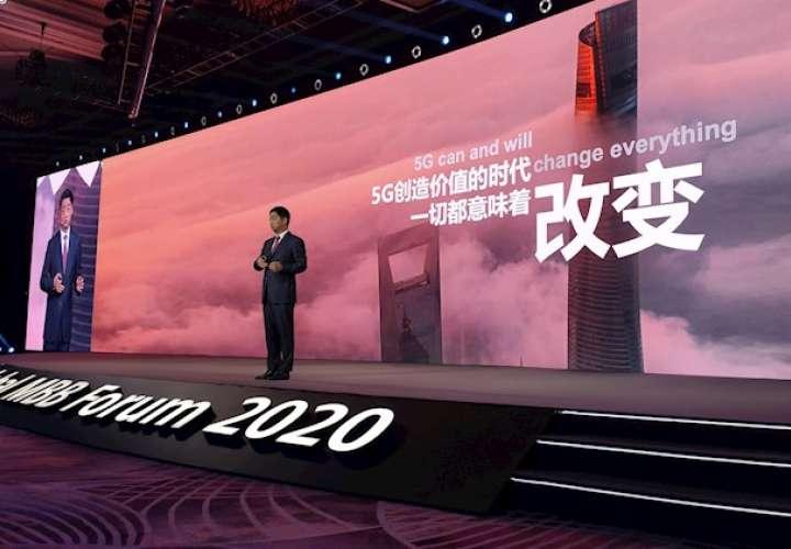 El vicepresidente de Huawei, Ken Hu, durante su discurso pronunciado ante un foro de telecomunicaciones, celebrado hoy en la ciudad oriental china de Shanghái,