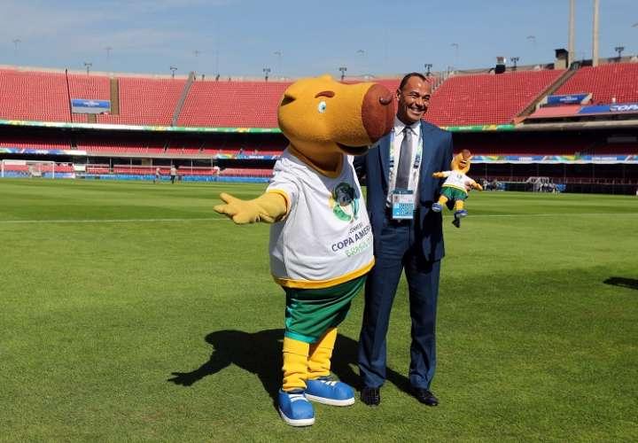 Cafú posa con la mascota Zizito este miércoles en el estadio Morumbí, en Sao Paulo (Brasil), donde el próximo viernes tendrá lugar el partido inaugural de la Copa América. Foto: EFE
