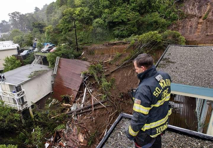 El bombero / paramédico Patrick Young, del Departamento de Bomberos del Sur de Marin, observa las secuelas de un alud que destruyó tres casas en una ladera en Sausalito, el 14 de febrero. AP