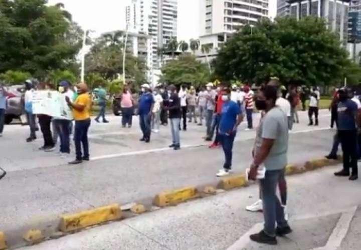 Dos protestas en la ciudad. Unos piden empleos y otros aumento a jubilaciones