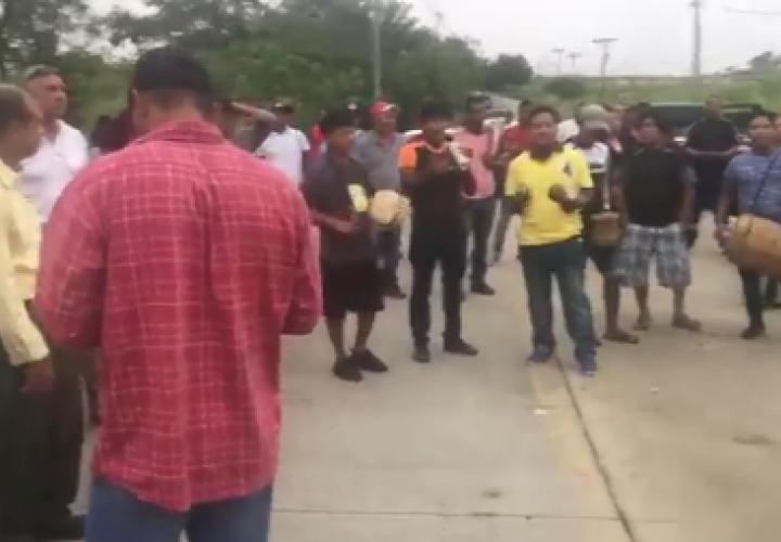 Indígenas y moradores protestan por mal estado de calles