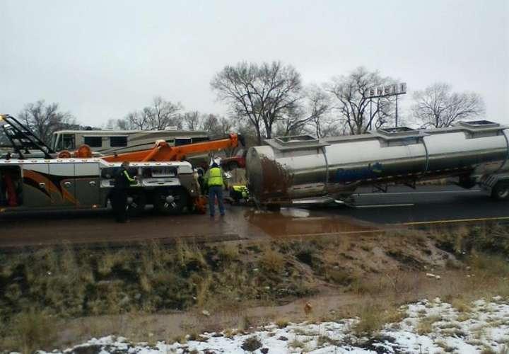 Un camión cisterna cargado de chocolate líquido, se volcó en una carretera de la ciudad de Flagstaff (Arizona, EE.UU.). EFE