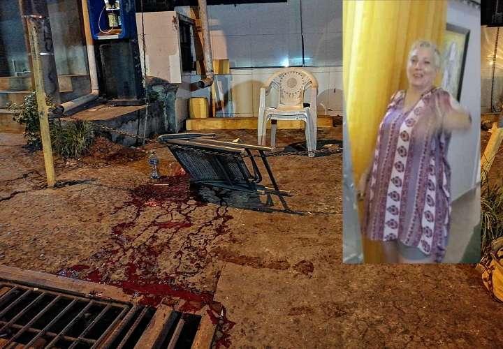 En la imagen aparece incrustada en un fotografía de Carmen Balvo victima tiroteo La Chorrera en la escena del crimen. Fotocombinación: Eric Montenegro