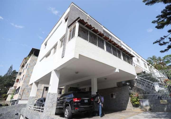 Vista general de la vivienda de Roberto Marrero, jefe de despacho del líder opositor Juan Guaidó, de donde fue sacado en la madrugada de este jueves, en Caracas (Venezuela).  EFE