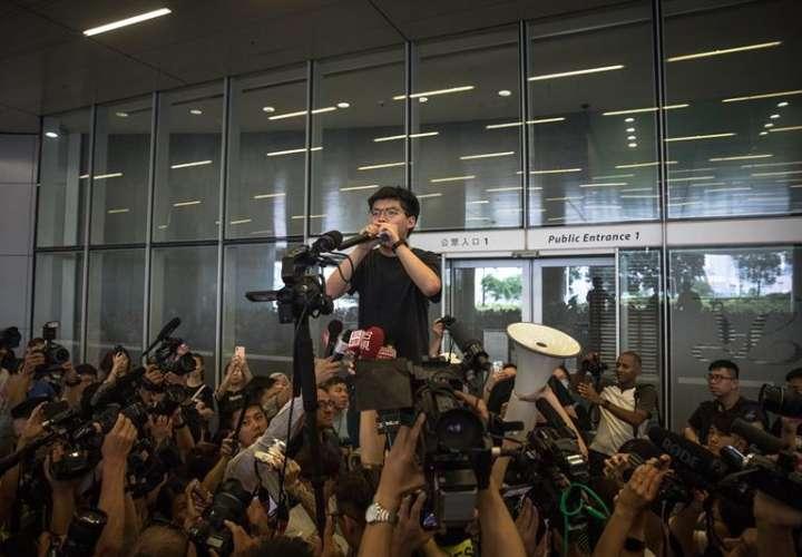 Uno de los líderes de las protestas prodemocráticas de 2014 en Hong Kong, Joshua Wong, se dirige a los manifestantes congregados a las puertas del Consejo Legislativo en Hong Kong. EFE