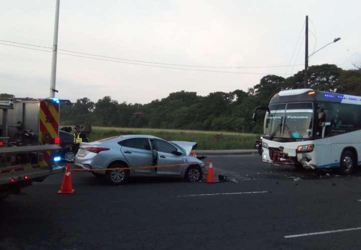 Conductora muere tras colisión frontal entre auto y bus en Colón [Video]