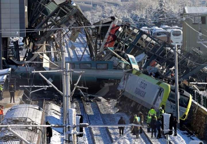 Bomberos trabajan en el rescate de víctimas en el lugar donde se ha producido un accidente al chocar un tren de alta velocidad en Ankara (Turquía). EFE