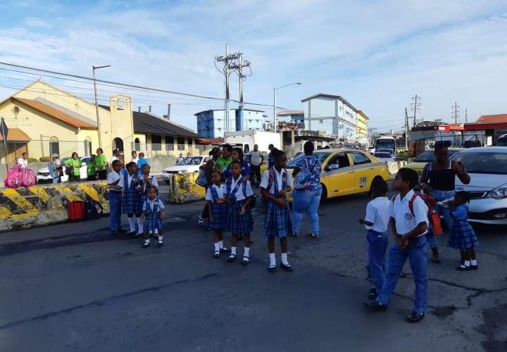 Comunidad educativa cierra entrada de la ciudad de Colón  [Video]