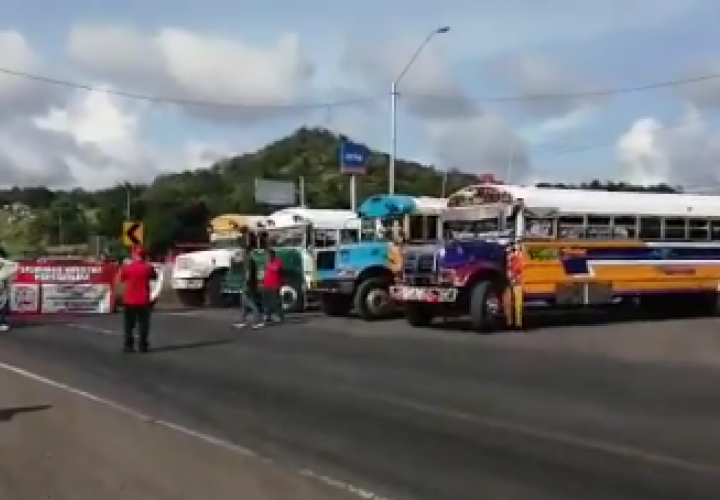 Transportistas cierran vía en La Chorrera [Video]