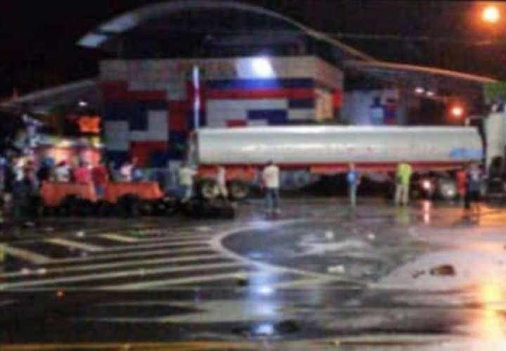 Frontera amanece bloqueada por camión cisterna