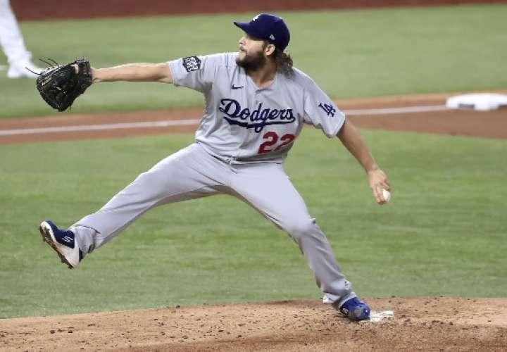 Clayton Kershaw contribuyó al triunfo de los Dodgers de Los Angeles.