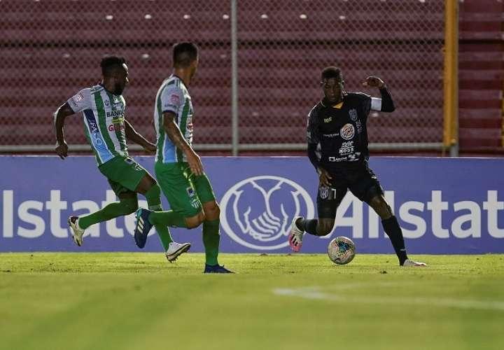 Jose Fajardo (d) del Club Atlético Independiente (CAI) /EFE