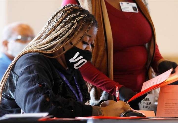 Oficiales realizan un conteo de votos en Atlanta, Georgia, EEUU. Foto: EFE