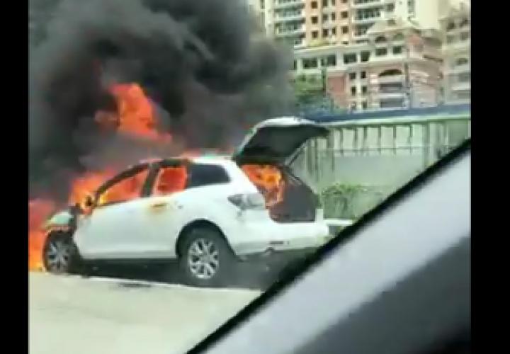 Fuego arrasa con dos autos