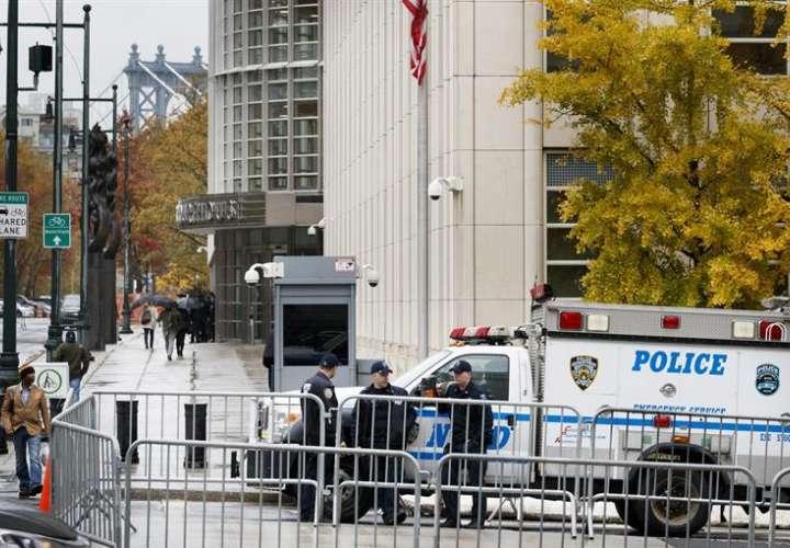 Imagen de archivo de varios policías montan guardia en el exterior de una corte federal de Nueva York en Brooklyn, Nueva York (Estados Unidos). EFE/Archivo