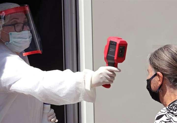 Casos de COVID llegan a 13,3 millones, pero contagios diarios se ralentizan