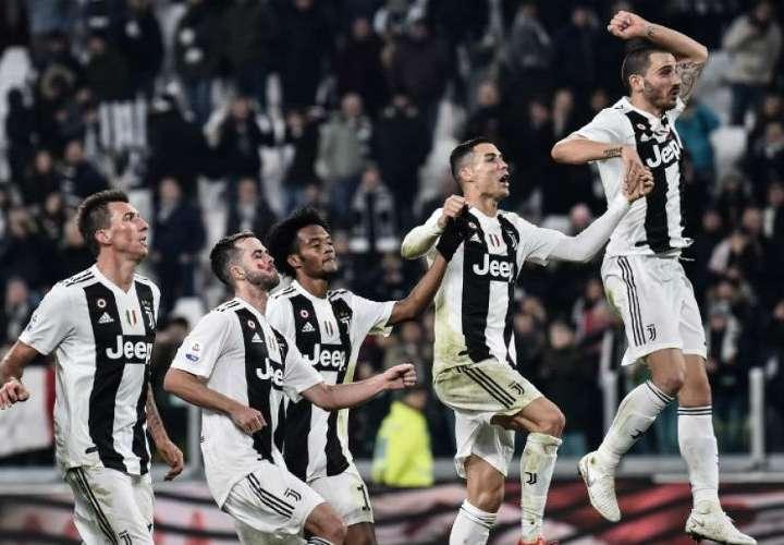 Cristiano Ronaldo celebra con sus compañeros de equipo una de las victorias del Juventus. Foto: AP