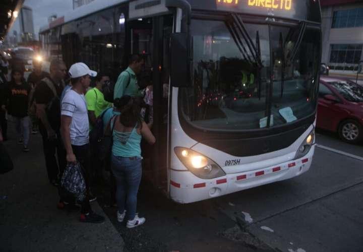 Las personas que viven en Panamá Oeste y trabajan en horario nocturno sufren muchas dificultades para poder regresar a casa. Foto: Víctor Arosemena.