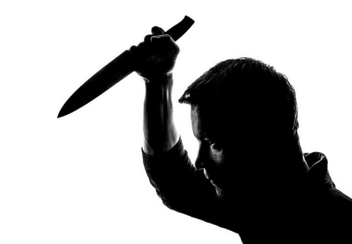 """Sale del congelador con cuchillo en mano; grita """"¡fuera de mí, satanás!"""" y muere"""