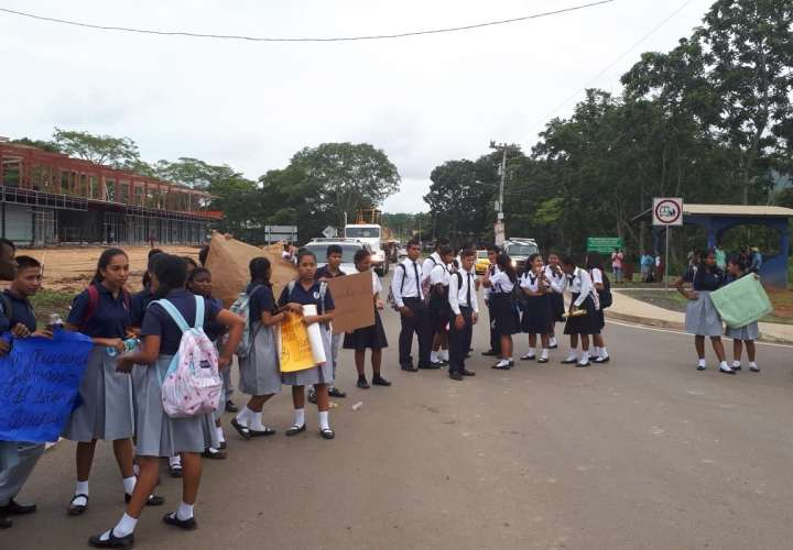 Estudiantes en Darién cierran la calle por engaños del Meduca.