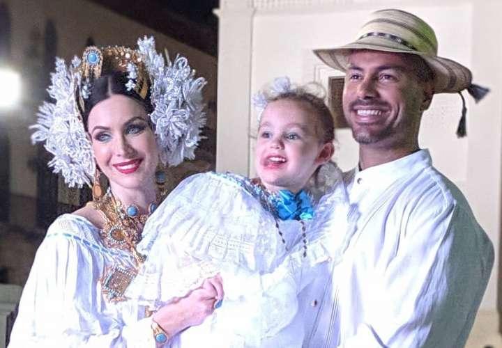 La Miss Universo 2005 Natalie Glebova, luce la pollera panameña con orgullo