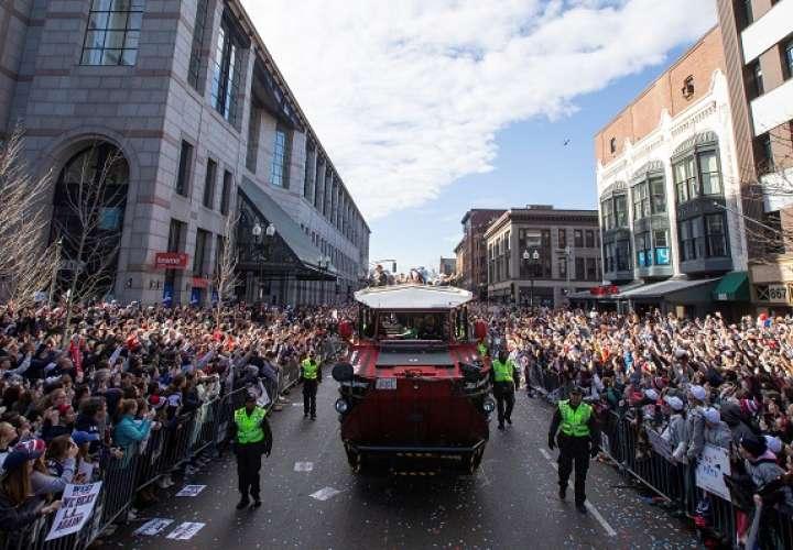 Los jugadores junto a los miles de aficionados que abarrotaban las calles un recorrido lleno de colorido. Foto: AP