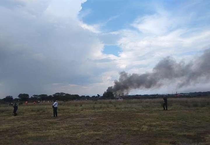 Fotografía cedida por la Coordinación Estatal de Protección Civil (CPCE) del estado de Durango, muestra la escena donde un avión de pasajeros de la aerolínea Aeroméxico se estrelló. EFE