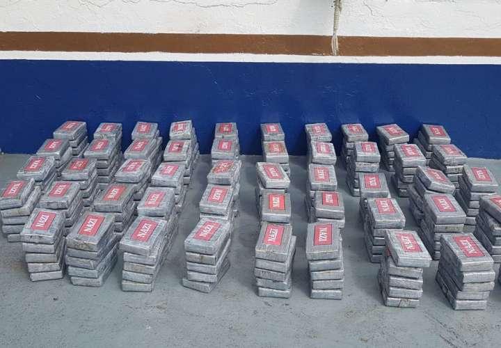 Incautan 245 paquetes de droga en buque de marina mercante