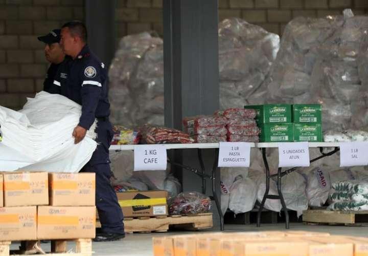 Autoridades organizan el cargamento con la ayuda humanitaria para Venezuela , en un centro de acopio dispuesto en el puente internacional de Tienditas, en Cúcuta (Colombia). EFE/Archivo