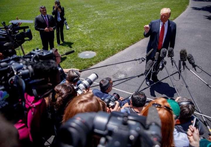 El presidente de Estados Unidos, Donald Trump, atiende a los medios antes de marchar a un acto del Partido Republicano sobre energías renovables en Iowa, este martes en Washington (Estados Unidos). EFE