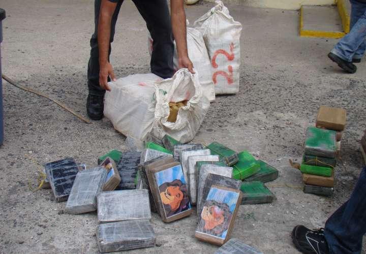 Dos colombianos a la chirola por traficar 43 paquetes de droga en embarcación