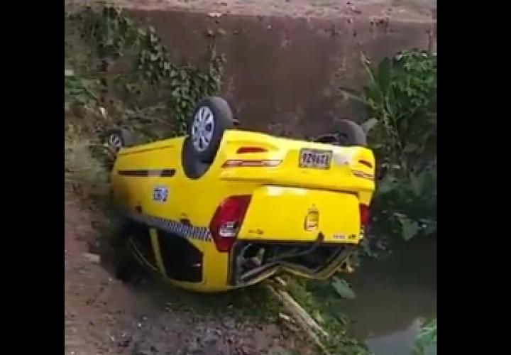 ¡Tremendo susto! Conductor de taxi y estudiante terminan en una cuneta [Video]