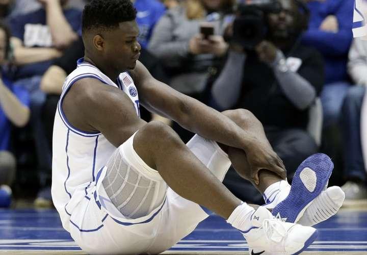 Se le rompió la zapatilla a la estrella del básquet universitario y sufre lesión