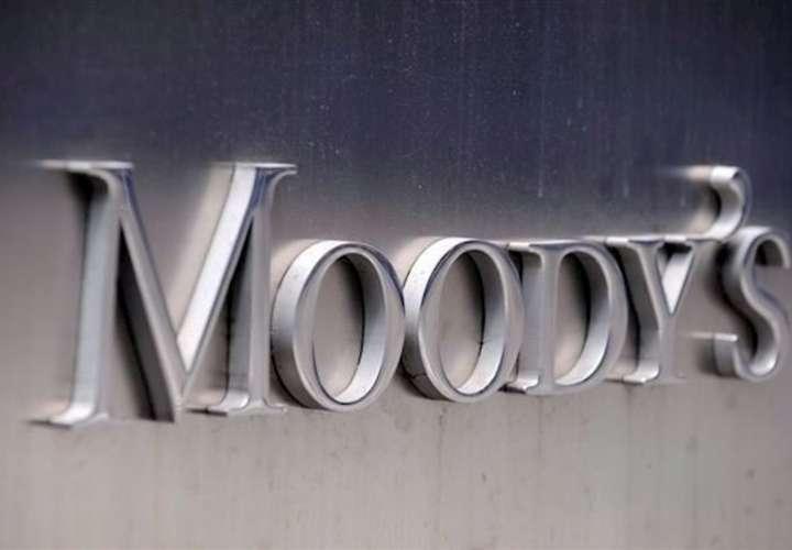 Fotografía de archivo del logo de la agencia de calificación Moody's en la fachada de su sede en Nueva York (EE.UU.).