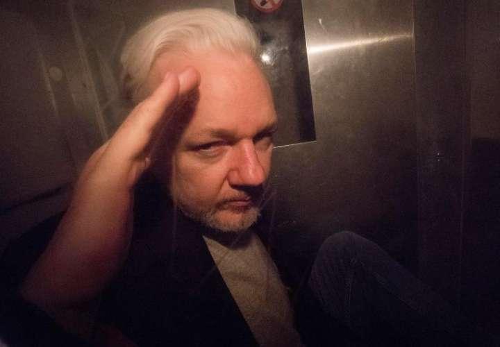 El fundador de Wikileaks, Julian Assange, saludaba a los fotógrafosa antes de abandonar el tribunal de Southwark de Londres (Reino Unido), el pasado 1 de mayo. EFE/Archivo