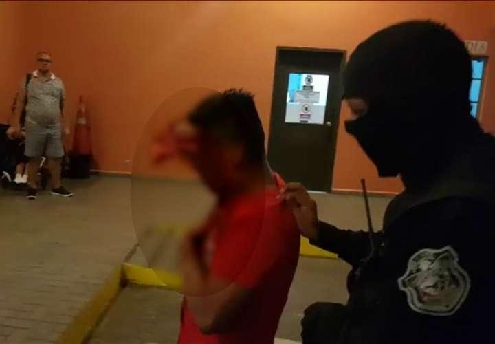 Le roban, golpean y dejan bañado en su propia sangre en la 5 de Mayo (Video)