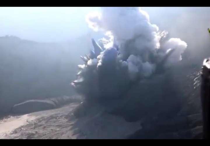 Indonesios huyen despavoridos de una nube de ceniza tras la erupción volcánica