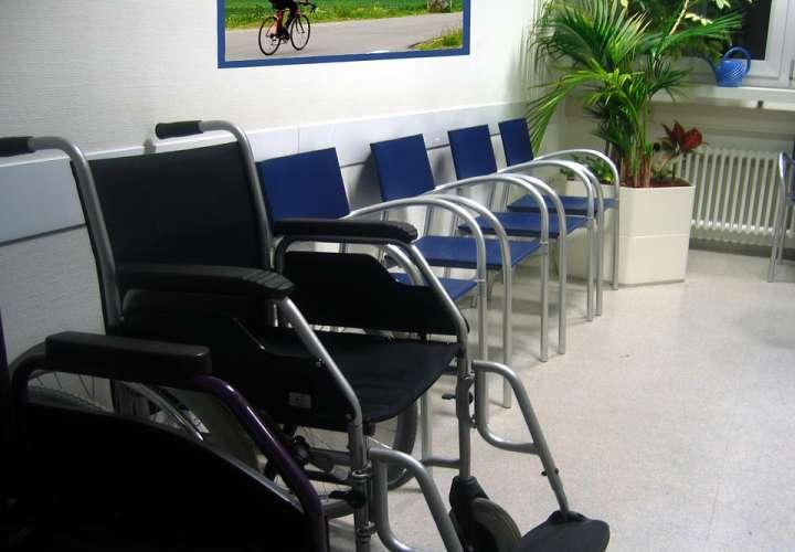 ¡Upss! Ponen película porno en sala de espera de un hospital