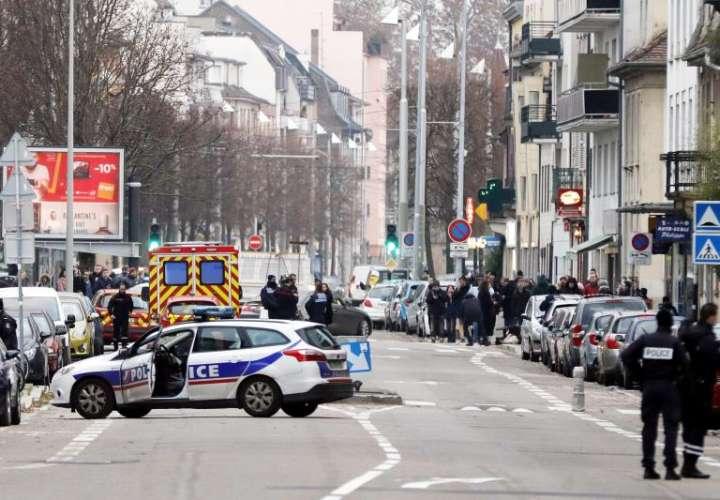 Agentes de la policía francesa llevan a cabo una operación antiterrorista en el barrio de Neudorf, en Estrasburgo (Alemania). EFE