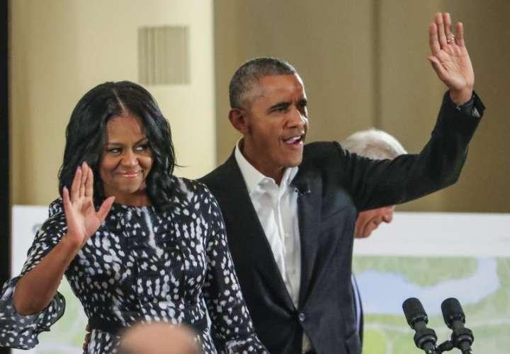 En la imagen, el expresidente de EE.UU., Barack Obama (d), y la ex primera dama estadounidense, Michelle Obama (i). EFEArchivo