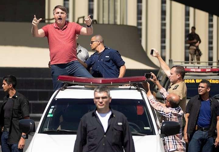 Bolsonaro apela a la democracia y libertad tras respaldar acto pro dictadura