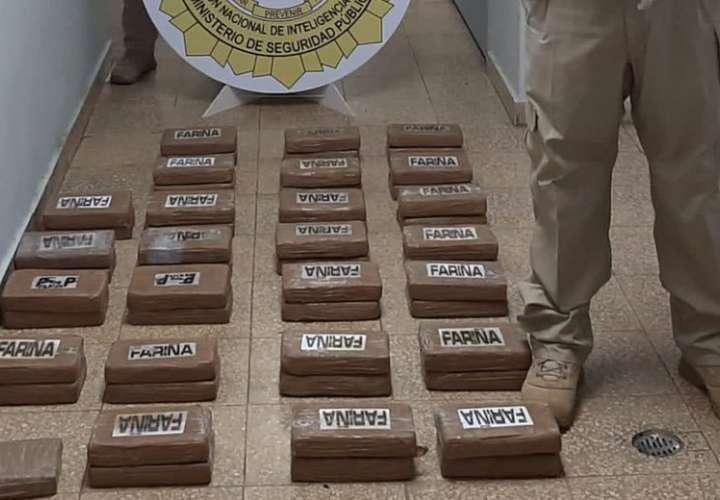 Hallan 51 paquetes de cocaína dentro de contenedor de un buque  [Video]