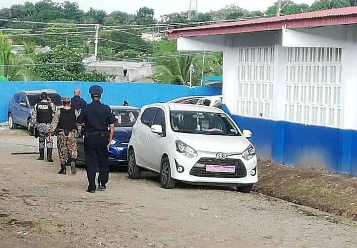 Pandilleros se tiran balas, un grupo se refugia en un colegio