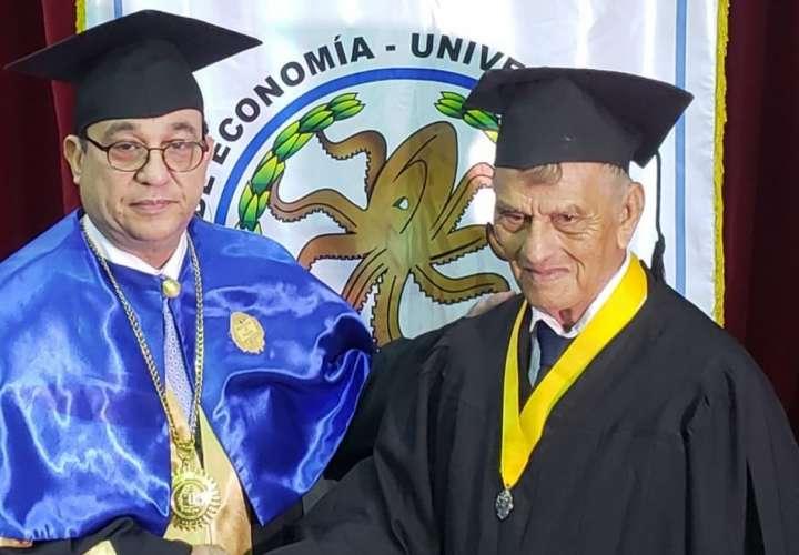 Mario de Pascuale a sus 83 años se gradúa de licenciado en Economía