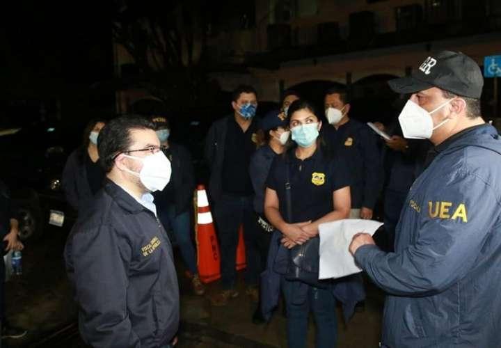 Fiscales mientras realizan un operativo en conjunto con la policía salvadoreña y autoridades estadounidenses. EFE