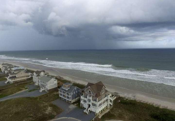 Un frente de tormenta pasa hogares en North Topsail Beach, Carolina del Norte, antes de que el huracán Florence avance hacia la costa este. / AP