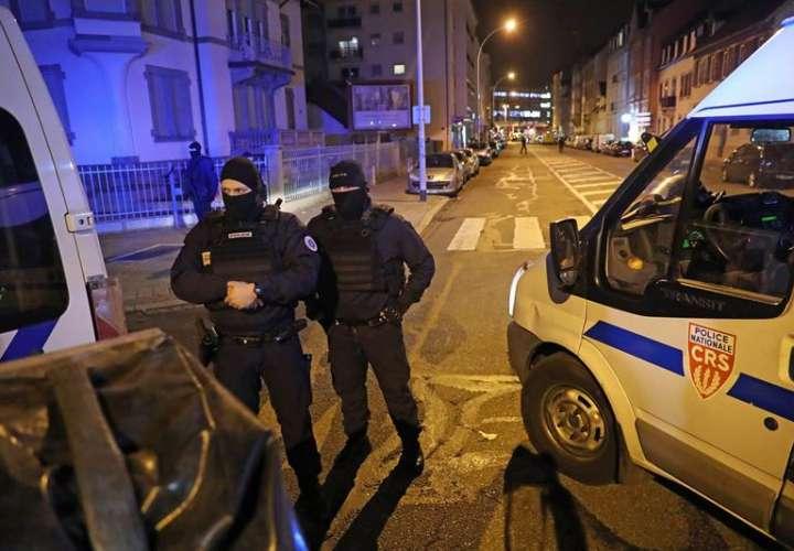 Policías franceses custodian hoy durante un operativo en el distrito Neudorf, en Estrasburgo (Francia). EFE